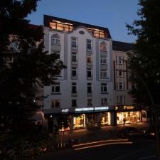 roik_architekt_hamburg_dachgeschossausbau_gruenderzeithaus_loggia_fassade_nacht