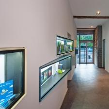 roik_architekt_hamburg_empfang_eingang_oetinger_vitrinen_2