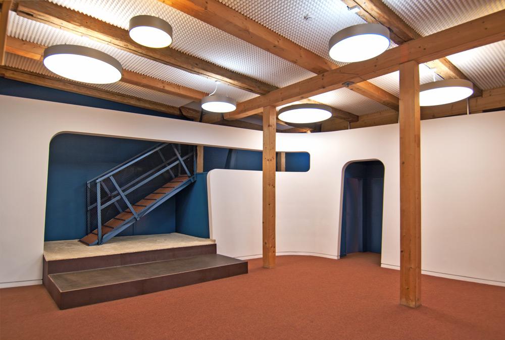 Geschwungene Wand mit Öffnungen in KIA von Roik Architekt Hamburg