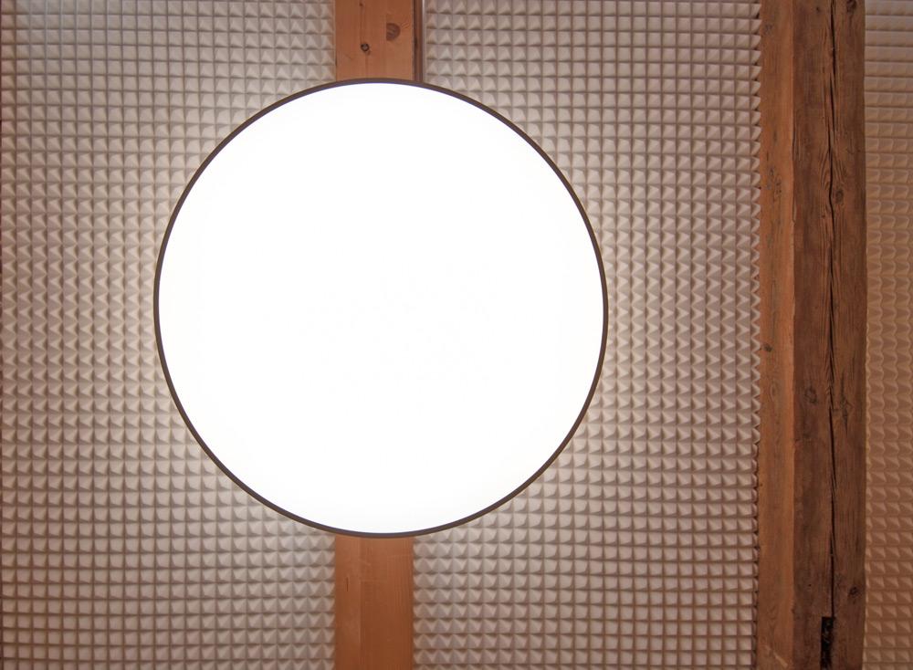 Deckenuntersicht mit Leuchte von Roik Architekt Hamburg