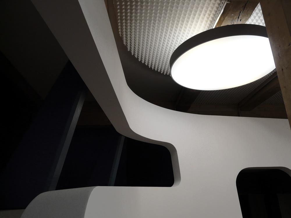 Detail mit Leuchte in KITA von Roik Architekt Hamburg
