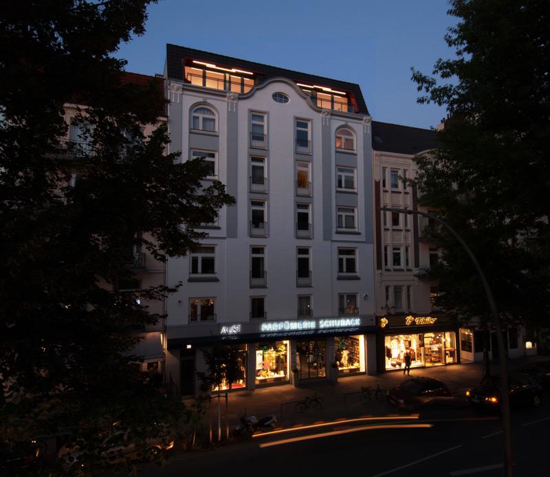 Gebäudeansicht bei Nacht mit Loggien von Roik Architekt Hamburg