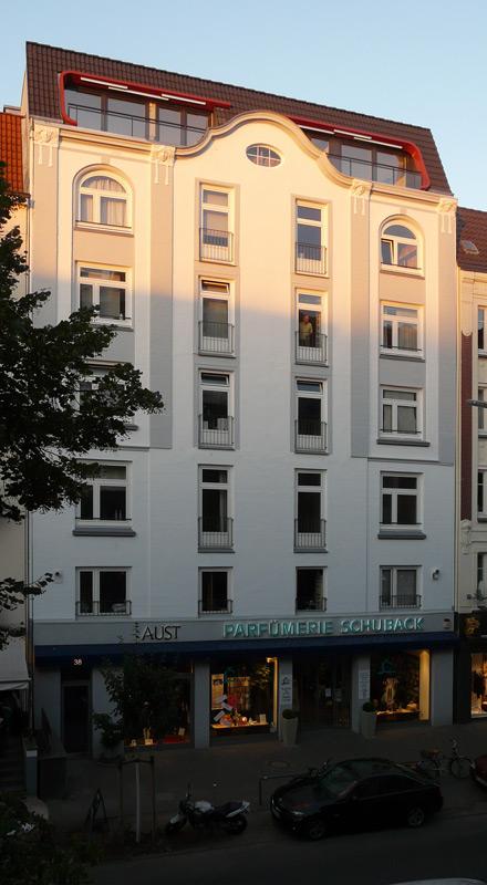 Gebäudeansicht Loggien am Abend von Roik Architekt Hamburg.