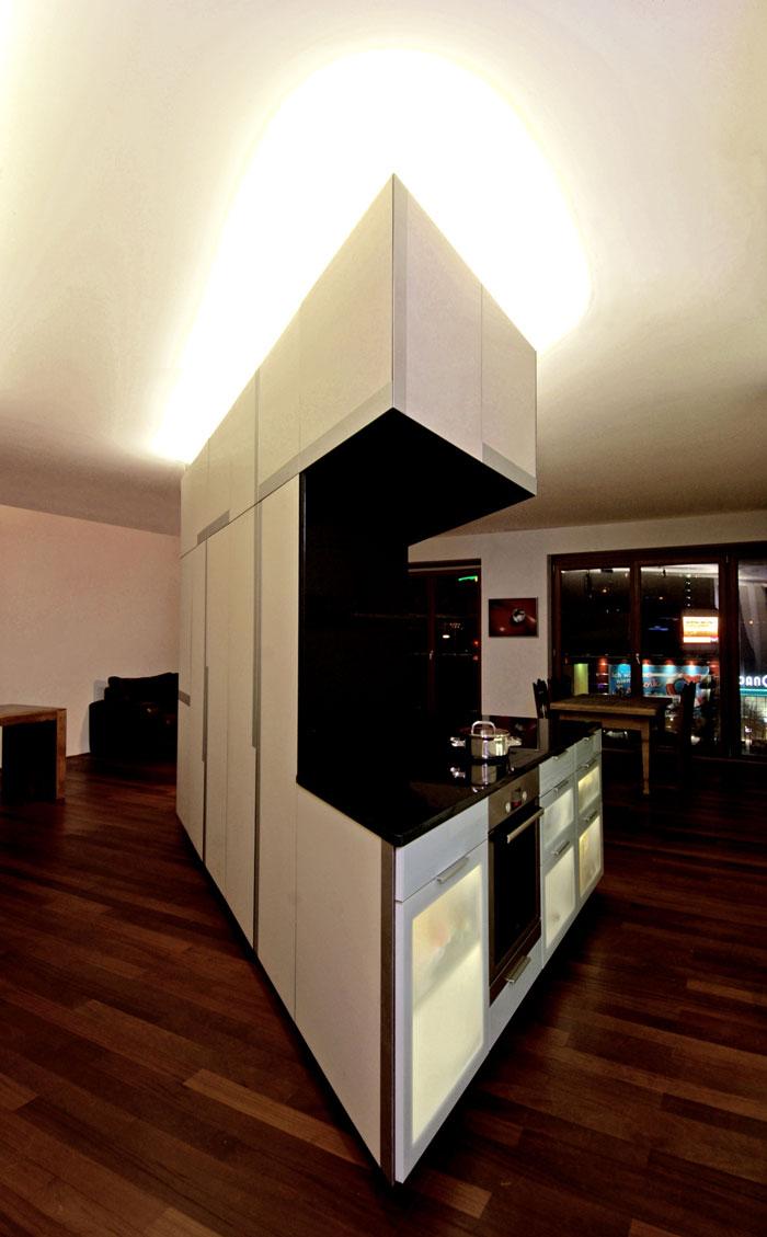 Schrankelement mit Kücheninsel bei Nacht von Roik Architekt Hamburg