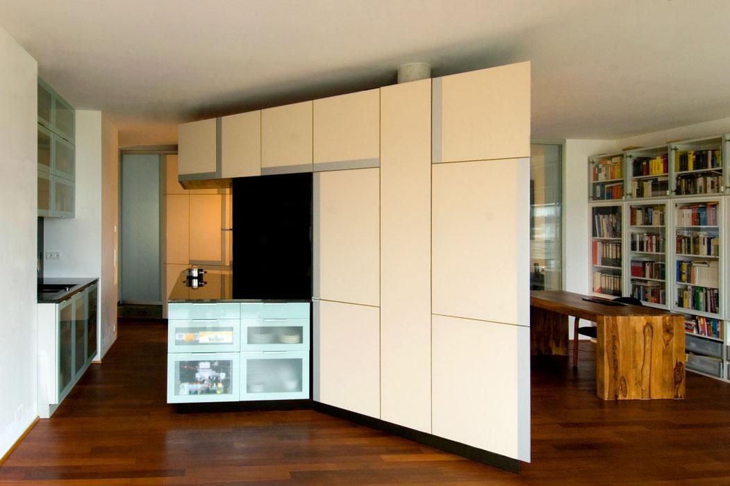 Freistehendes Schrankelement mit Kücheninsel von Roik Architekt Hamburg