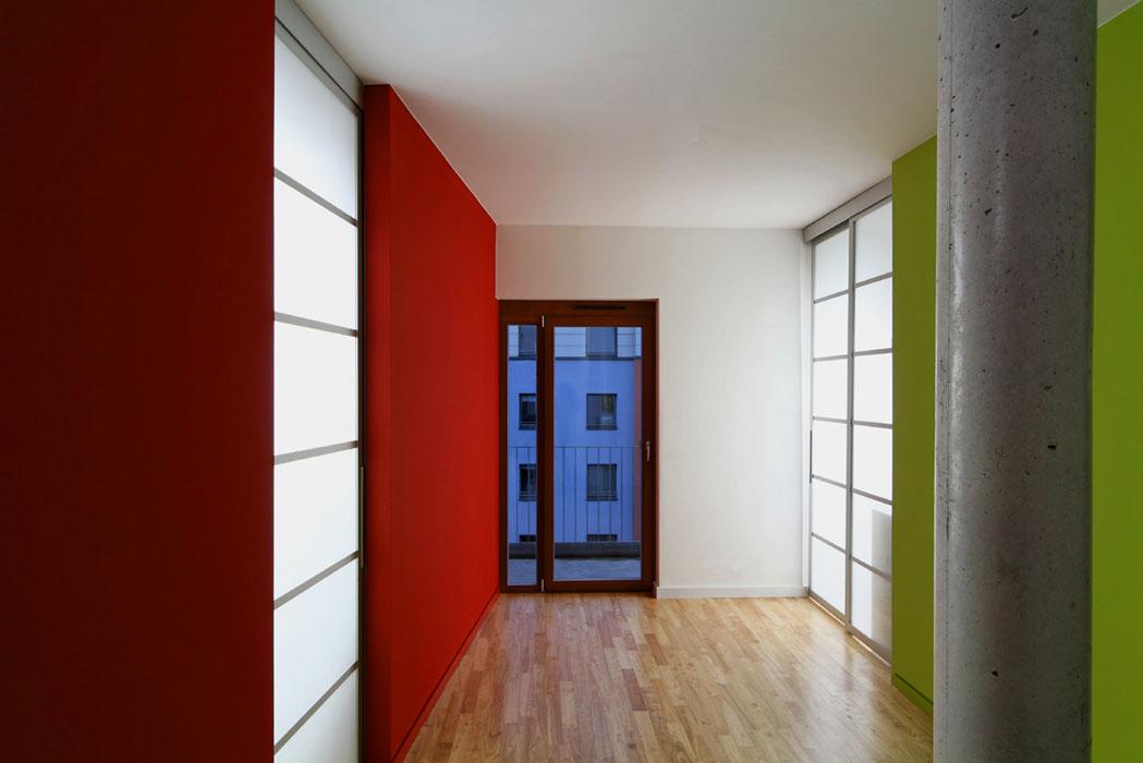 Fenster zum Hof im Loft von Roik Architekt Hamburg