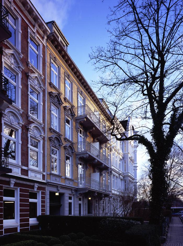 Gründerzeitfassade im Straßenverlauf nach Sanierung durch Roik Architekt Hamburg