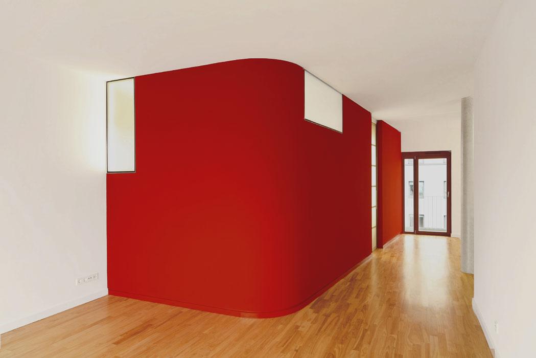 Rote Schlafinsel mit Festverglasungen im Loft von Roik Architekt Hamburg