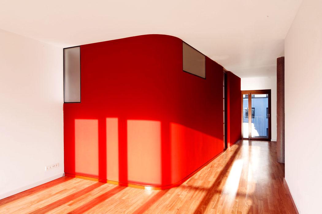 Red Box mit mit Wintersonne in Wohnung von Roik Architekt Hamburg