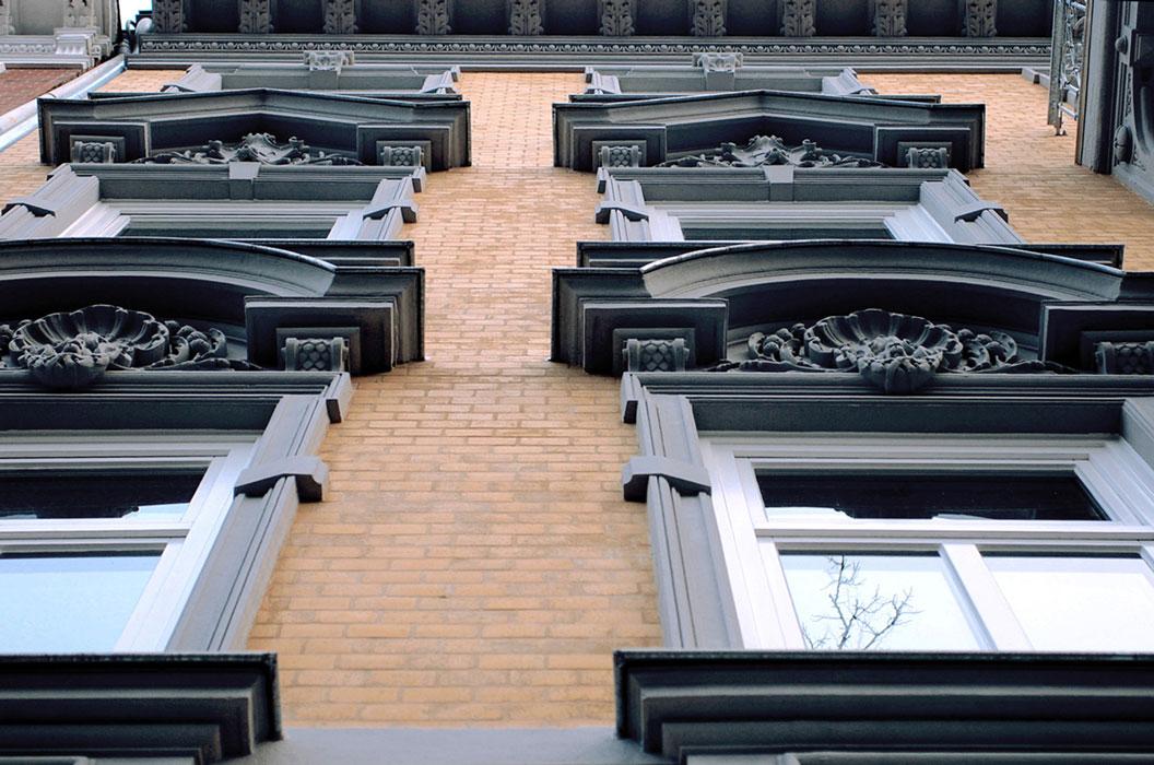 Fassadenausschnit mit Stuckelementen nach Sanierung durch Roik Architekt Hamburg