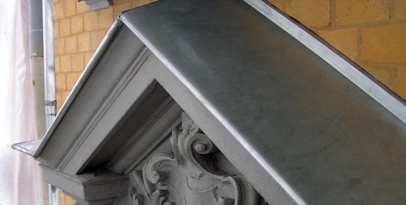 Datail Blechabdeckung nach Fassadensanierung durch Roik Architekt Hamburg