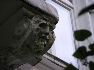 Detail Schäden am Stuck vor Sanierung durch Roik Architekt Hamburg