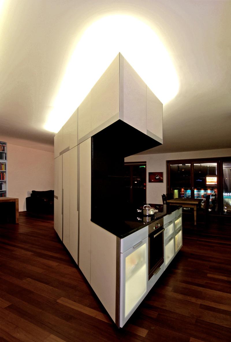 Schrankelement mit Küche bei Nacht von Roik Architekt Hamburg