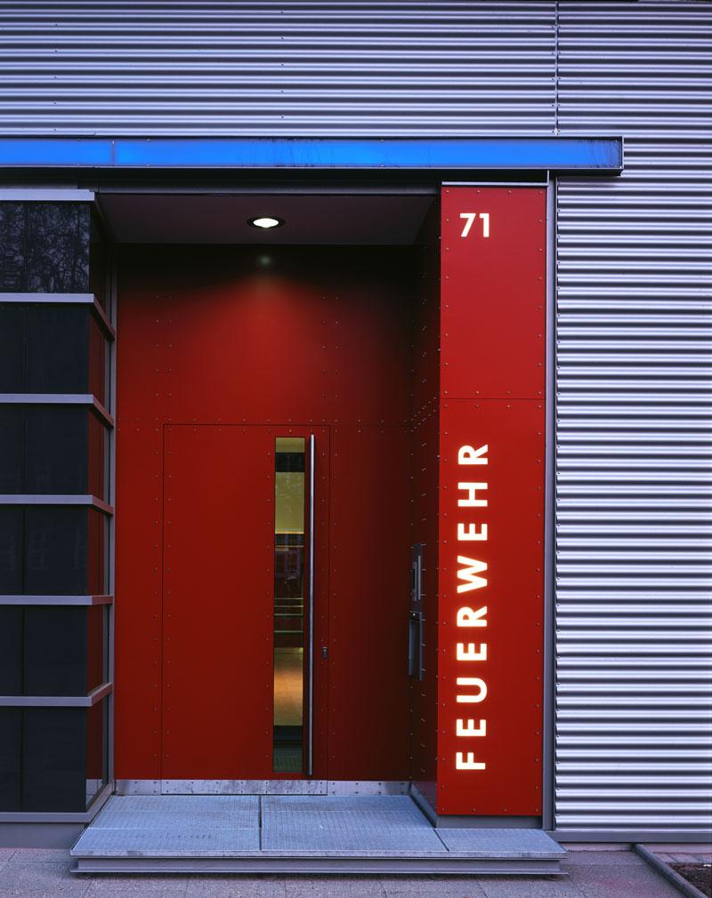 Eingang der sanierte Fassade einer Feuerwache in Hamburg