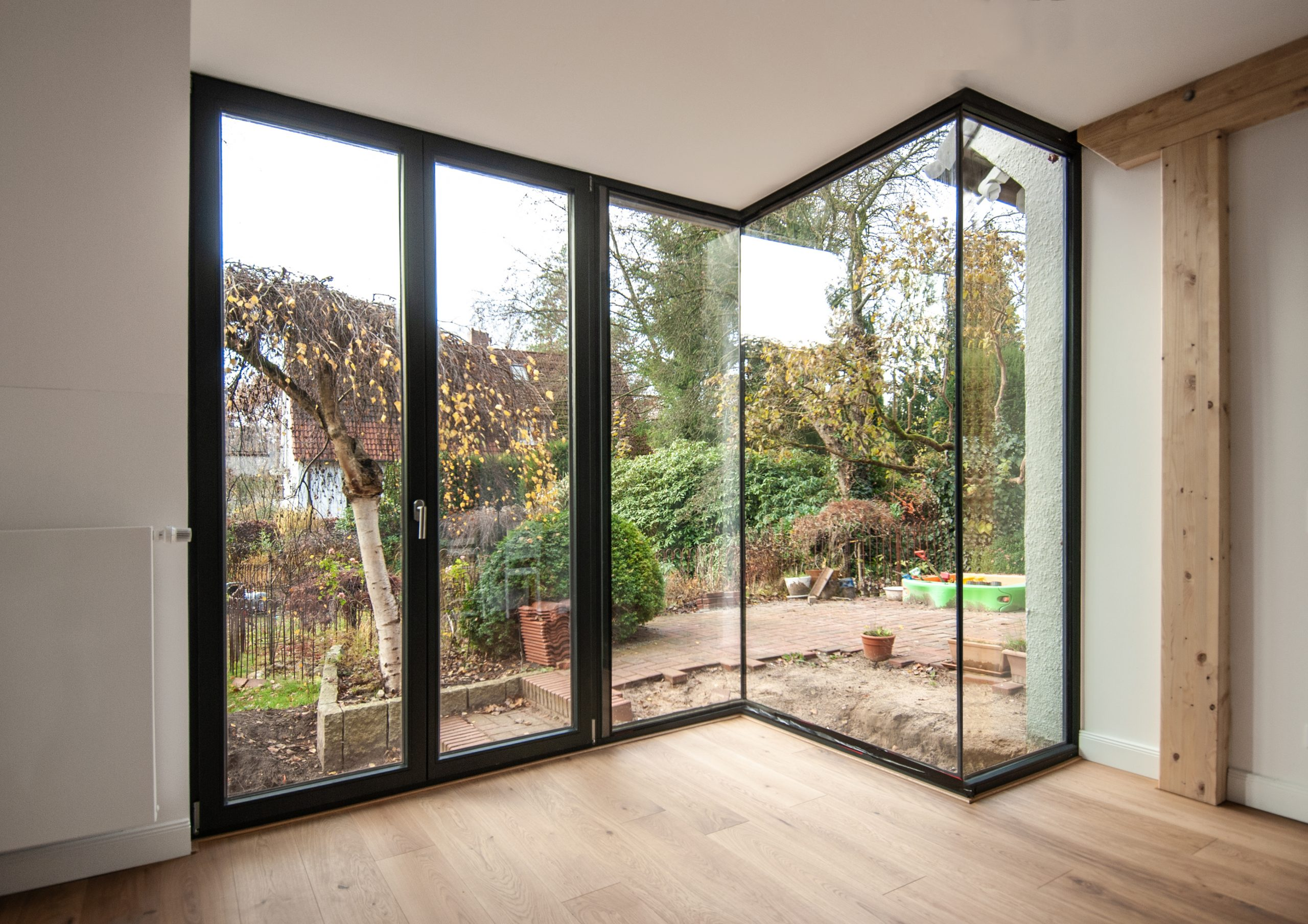 Zwei stützenfreie Ganzglasecken von Innen am Anbau von Roik Architekt Hamburg