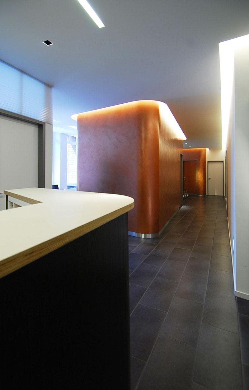 Erschliessungsflur Praxis mit Behandlungsräumen von Roik Architekt Hamburg