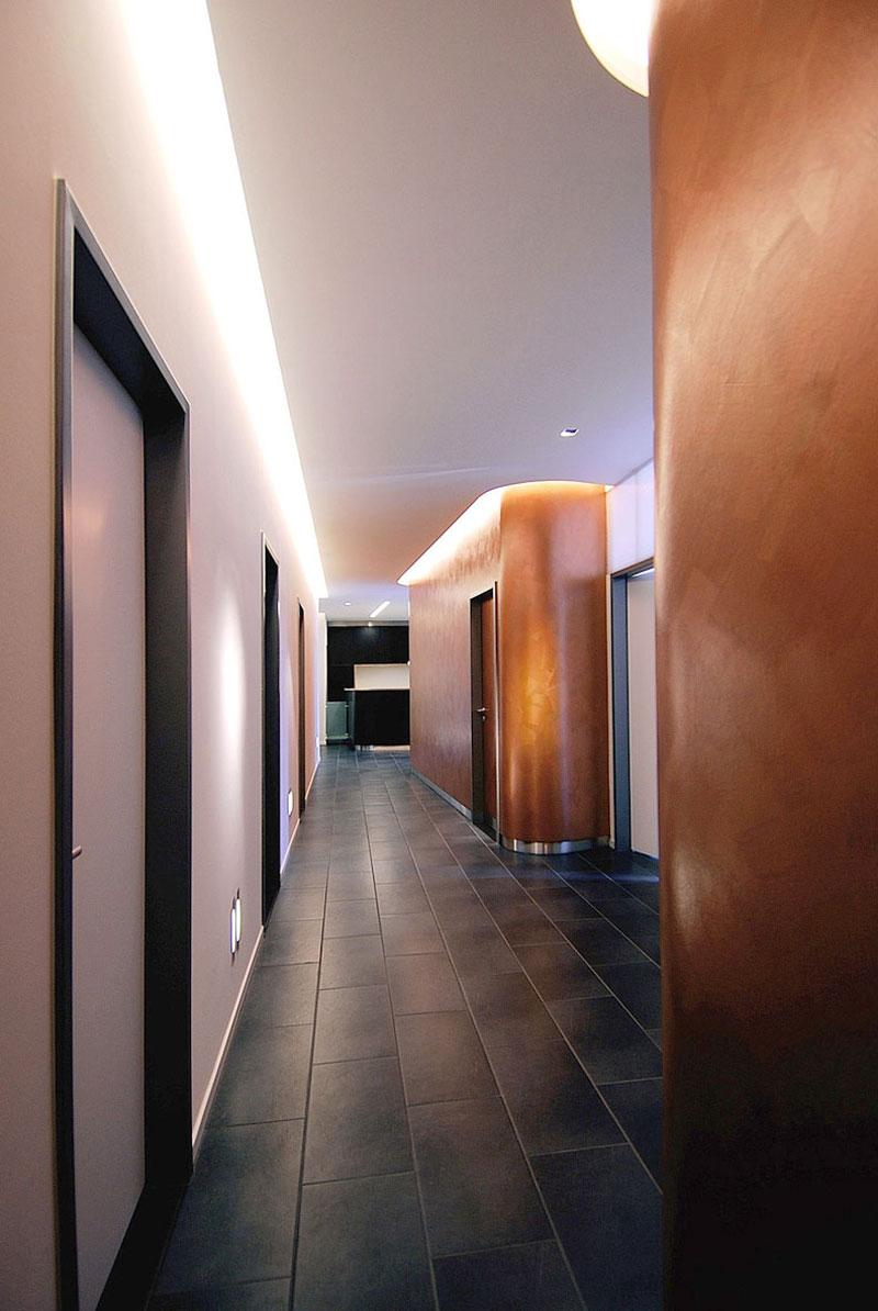 Erschliessungsflur zum Empfangstresen Arztpraxis von Roik Architekt Hamburg