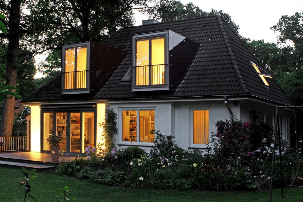 Nachtansicht EFH mit neuen Fensterelemeneten von Roik Architekt Hamburg.