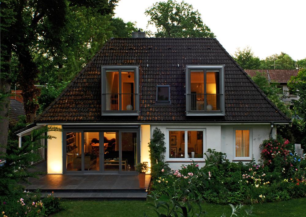Ansicht Dämmerung EFH mit neuen Fensterelemeneten von Roik Architekt Hamburg.