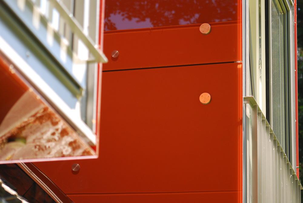Detailansicht mit Spiegelungen in der Glasverkleidung der Gauben von Roik Architekt Hamburg.