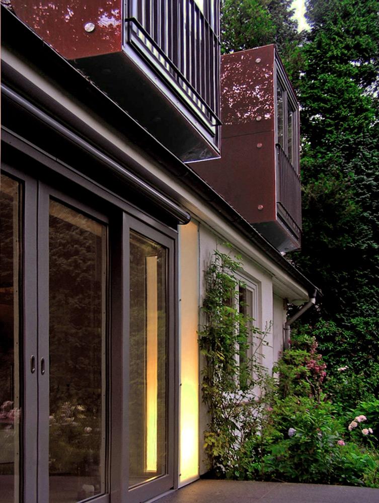 Schrägansicht mit Spiegelungen in der Gaubenverkleidung von Roik Architekt Hamburg.