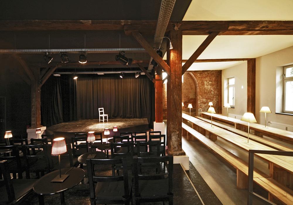 Bühne des Konzepttheaters mit angrenzendem Speisesaal von Roik Architekt Hamburg