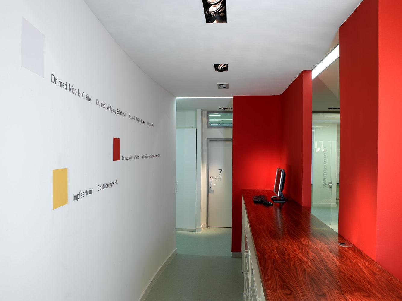 Arztbereich hinter Empfangstresen Arztpraxis von Roik Architekt Hamburg.