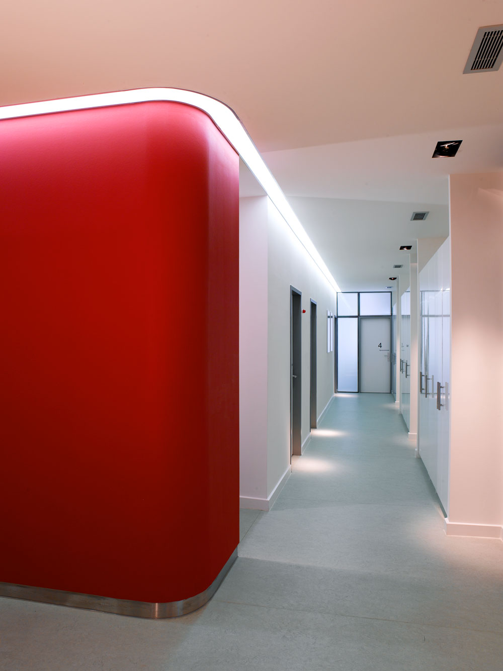 Flur mit Lichtband in Arztpraxis von Roik Architekt Hamburg