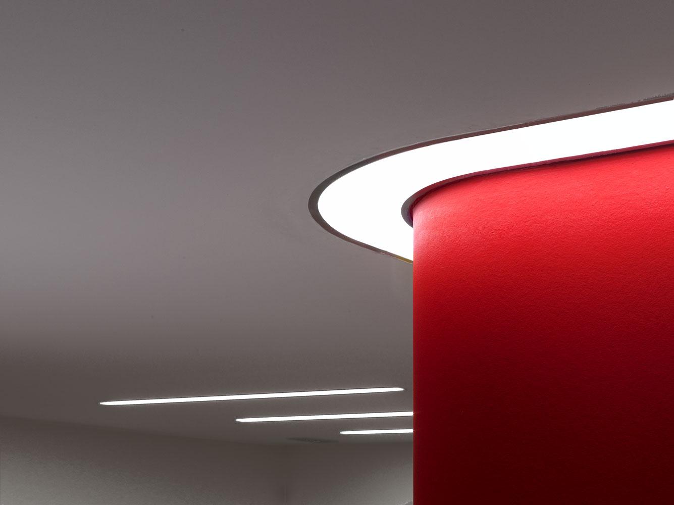 Lichtband an Decke um abgerundete Wand von Roik Architekt Hamburg