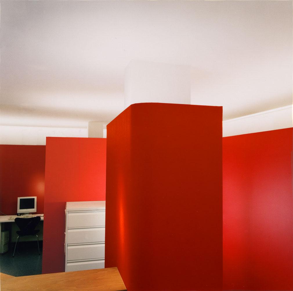 Rote Wandscheiben als Raumteiler Kinderarztpraxis von Roik Architekt Hamburg