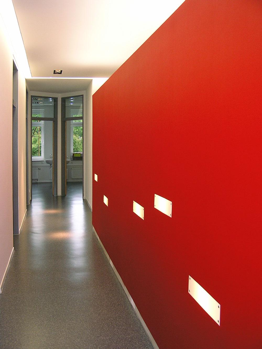 Flurwand mit Leuchtelementen Kinderarztpraxis von Roik Architekt Hamburg