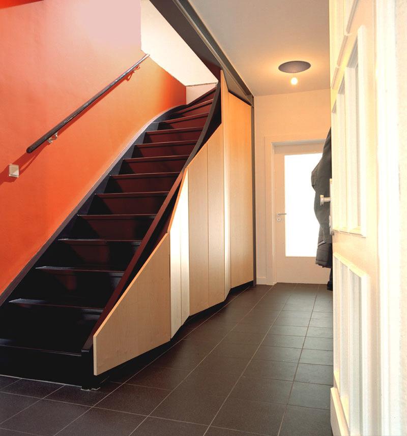 Schränke unter Treppe im EFH nach Umbau durch Roik Architekt Hamburg