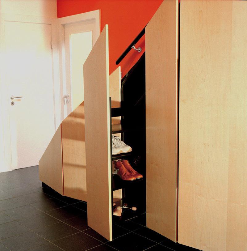 Offener Apothekenauszug unter Treppe in EFH von Roik Architekt Hamburg